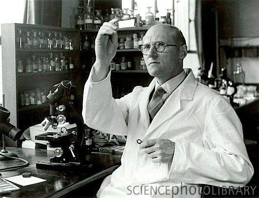 سر وینسنت ویگلسورث در آزمایشگاهش در کمبریج